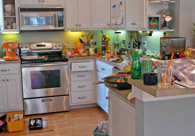 Беспорядок на кухне – одна из причин появления муравьев в доме