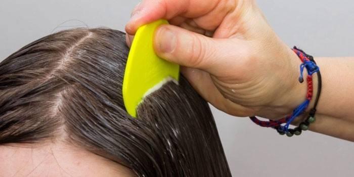 Девочки наносят препарат на волосы