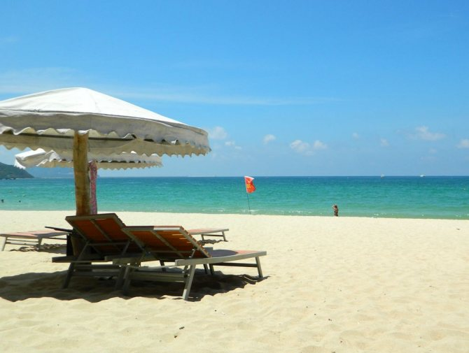 Лежаки на пляже Дадунхай, Хайнань