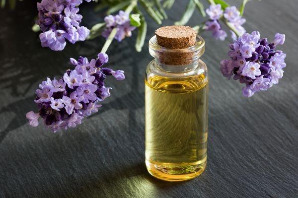 масло чайного дерева и масло лаванды с миндальным маслом