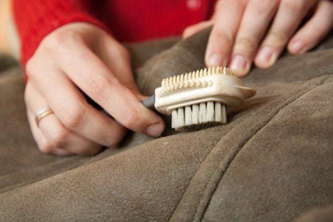 Перетряхните всю одежду и почистите ее щеткой