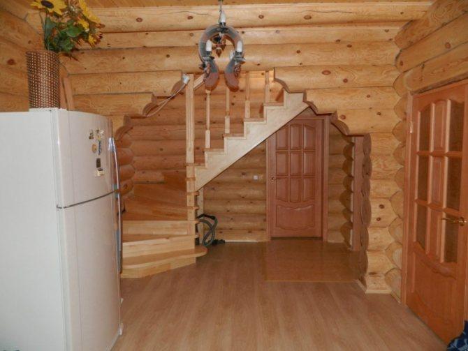 Потолок лучше оставить в первозданном виде - в таком случае его можно отделать при помощи древесных реек, вагонки, фанерных листов или деревянных досок