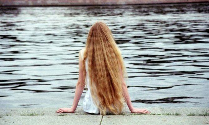 Появлению педикулеза способствуют длинные волосы у девочек, которые создают благоприятные условия для того, чтобы насекомое могло крепко зацепиться и начать свой жизненный цикл