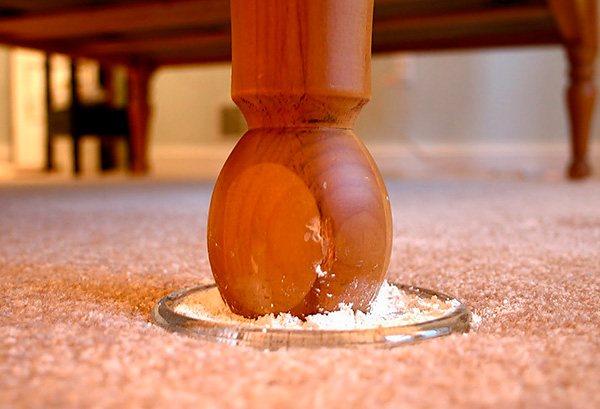 Пример использования инсектицидного порошка для профилактики размножения клопов в квартире.