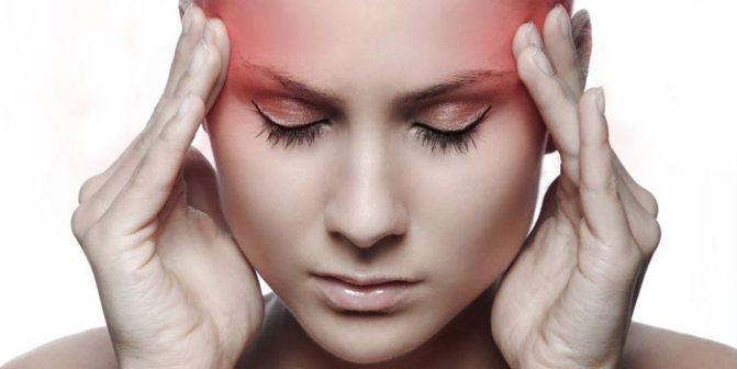 Сильная головная боль у девушки