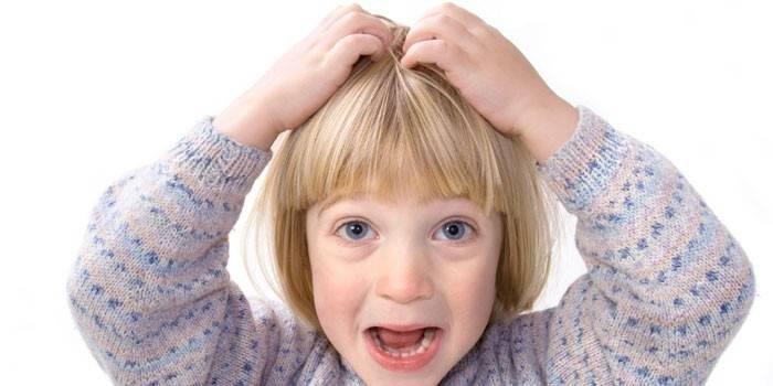 У девочка чешется голова