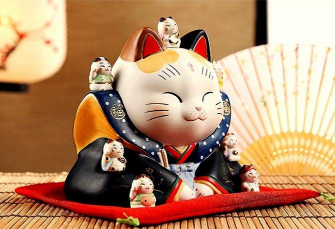Воинственный Манеки-неко - кот в разноцветном кимоно с котятами.