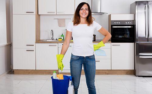 Женщина с ведром собирается делать уборку