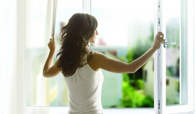 Женщина_открывает_окно